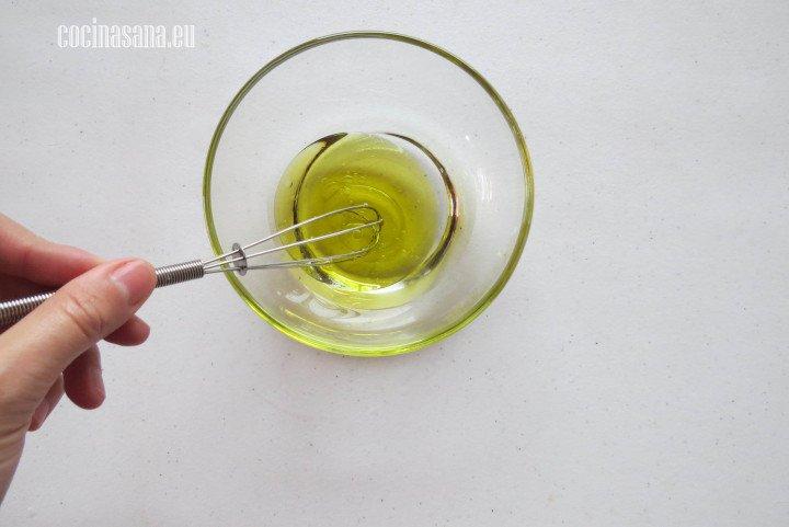 Mezclar el aceite con el vinagre o jugo de limón para preparar la vinagreta.