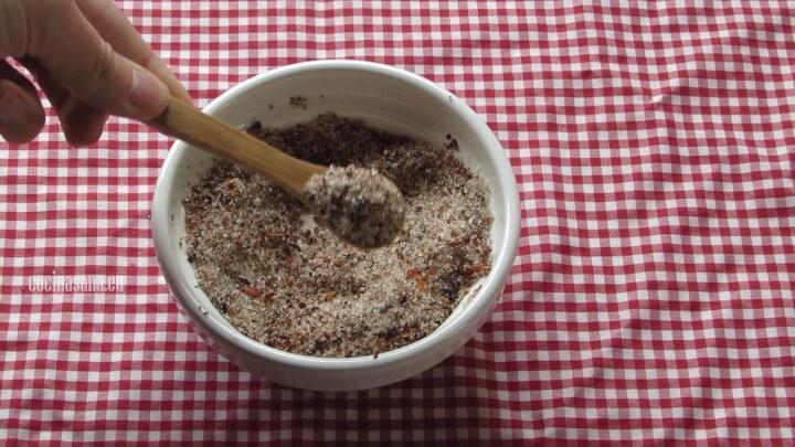 Mezclar Azúcar con Chile en polvo para que tenga un poco más de sabor si te gustan los sabores picantes, también puedes utilizar para cubrir los dulces solo azúcar o solamente chile en polvo.
