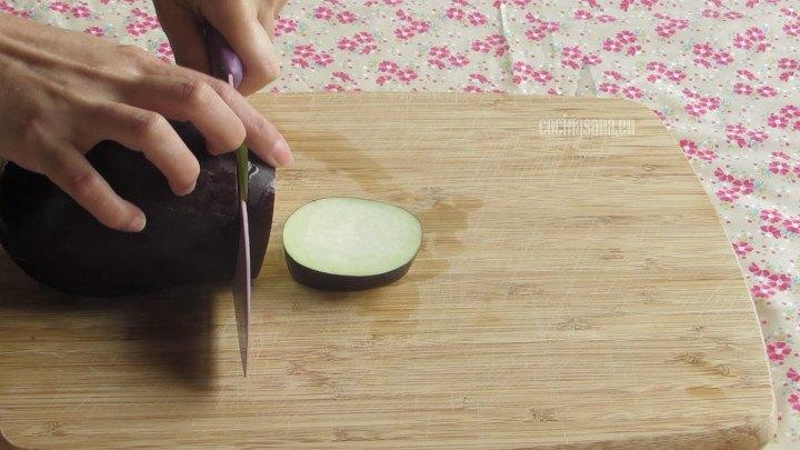 Cortar la Berenjena en rodajas de un grosor de medio centimetro procura que no sean muy gruesas ya que se cocinarán por corto tiempo.