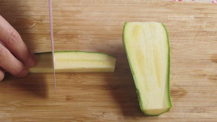 Cortar la Calabaza o el calabacín en bastones de no más de 1 cm de grosor.