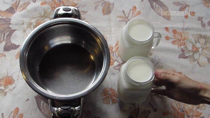 Verter la leche en la cacerola la cantidad de leche puede aumentar según la cantidad que quieras obtener.