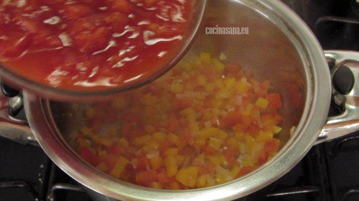 Agregar el tomate