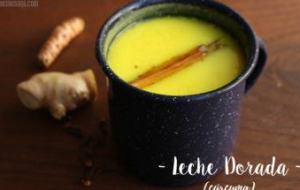 Leche dorada: batido rico en vitaminas y minerales para la columna. Salud de huesos y articulaciones