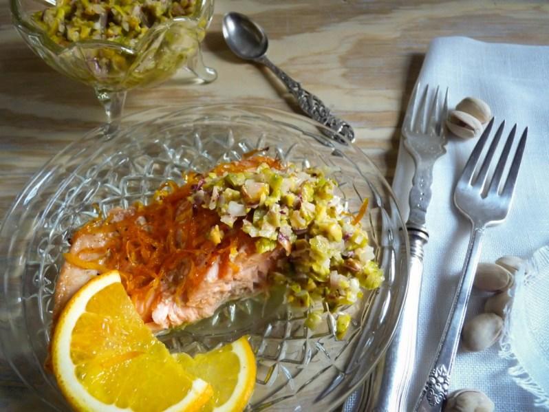 Trucha arco iris con relish de echalotes y pistachos tostados