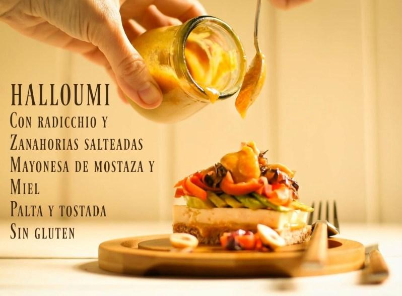 Halloumi con radicchio y zanahorias salteadas, mayonesa de mostaza y miel, palta y tostada sin gluten
