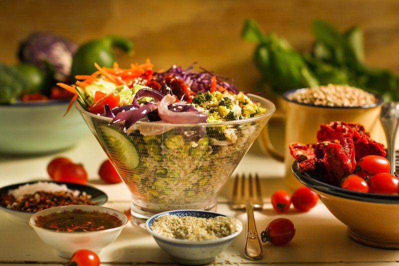 Poke Bowl de trigo sarraceno y vegetales, con emulsión de oliva picante