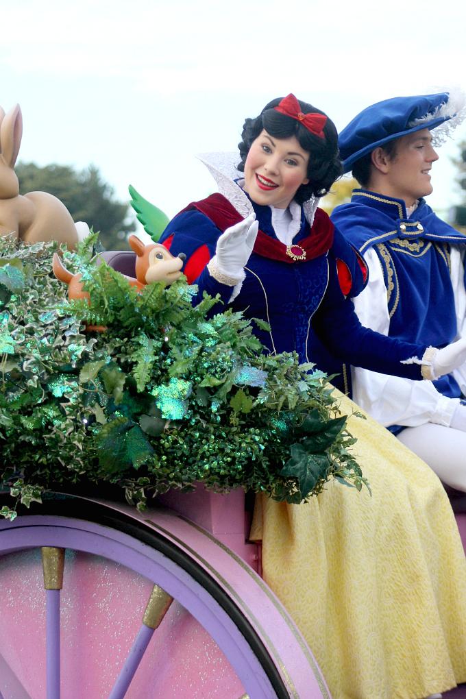 Cocktails in Teacups Disney Life Parenting Travel Blog Disneyland Paris Disney Magic on Parade Snow White