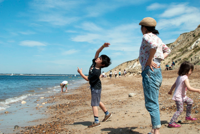 www.cocoandme.com - Coco&Me - Coco and Me - Isle of Wight - Beach throwing pebbles - Tamami