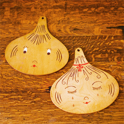 www.cocoandme.com - Coco&Me - Coco and me - eBay purchase! Vintage chopping board from Germany. Wooden Mr & Mrs Onion heads crying.