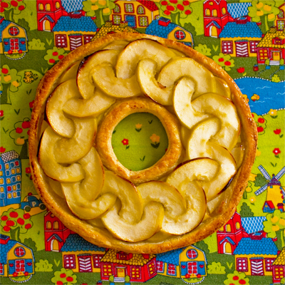 an alternative design for an apple galette. Chain link pattern on round puff pastry. Caramelised apple sauce. Tamami. www.cocoandme.com - Coco&Me - Coco and Me