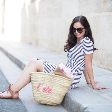 Style blogger Cee Fardoe of Cooc & Vera sits on the street in le Marais with a Sezane l'ete straw tote