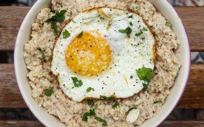 Porridge de avena salado con huevo y parmesano