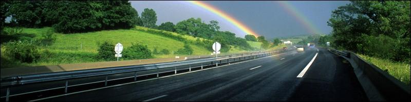 Route avec arc en ciel