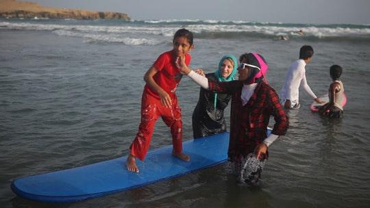 Des femmes introduisent le surf en Iran