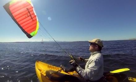 Un kayak et un cerf-volant. Le vrai voilier équitable ?
