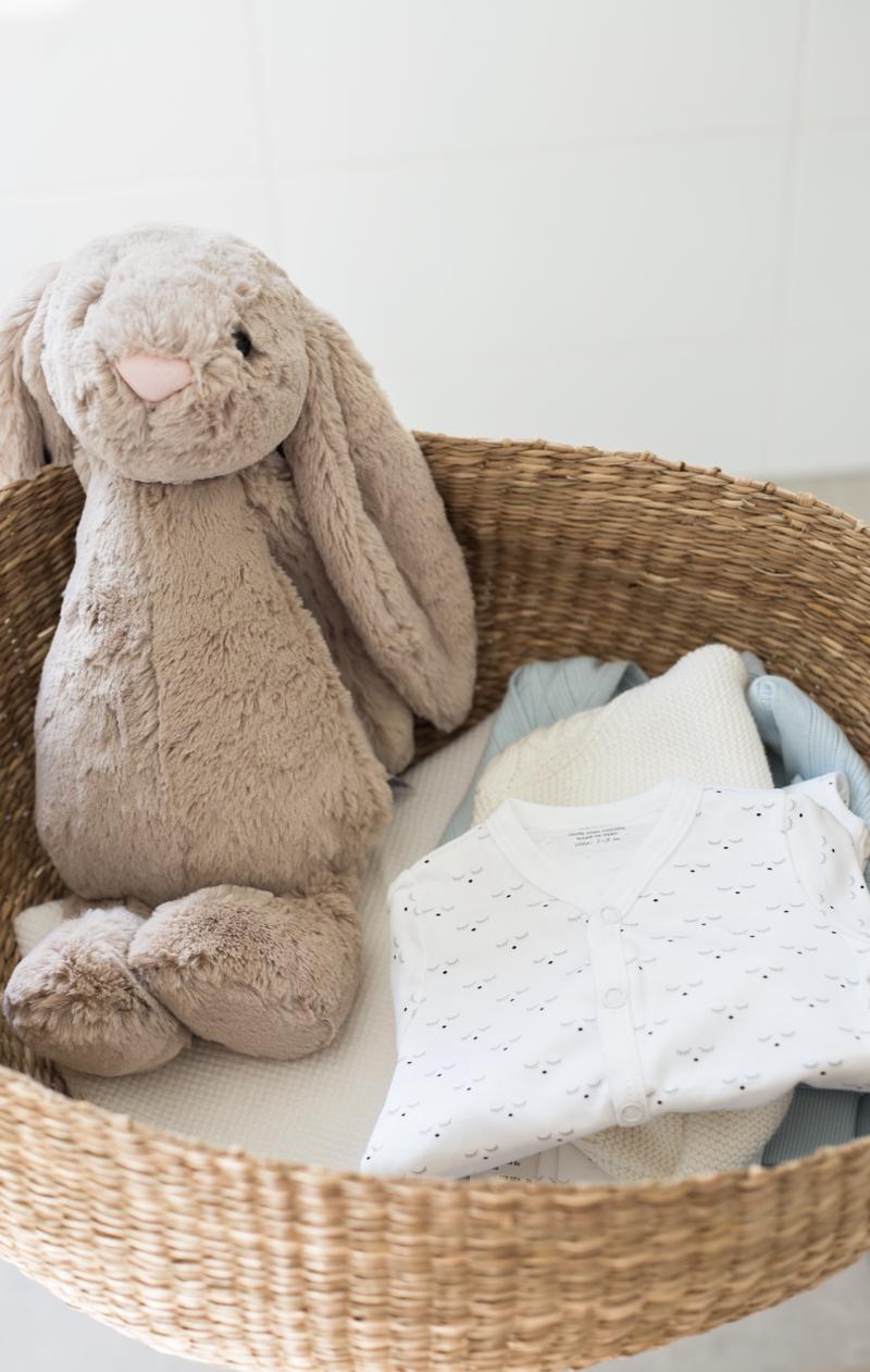 Hankkisinko äitiyspakkauksen? Vauvanvaatteiden ostaminen - Coffee Table Diary blogi