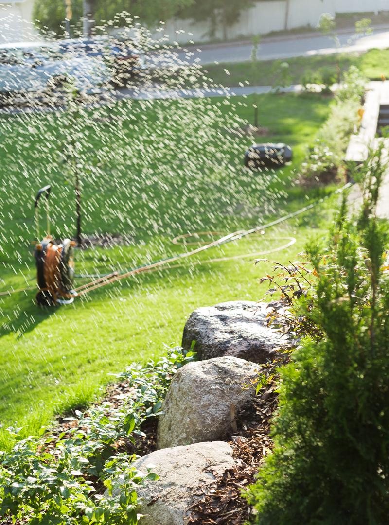 puutarhan hoito, nurmikon kastelu vinkit, Fiskars kastelutuotteet, Fiskars kastelukärrykela, pihan kastelu