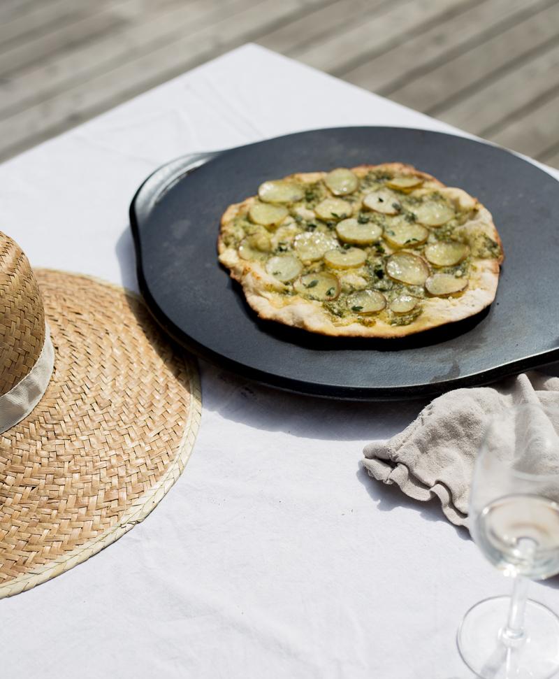 Grillattu pizza, valkoinen pizza, peruna pesto pizza, Weber pizzakivi