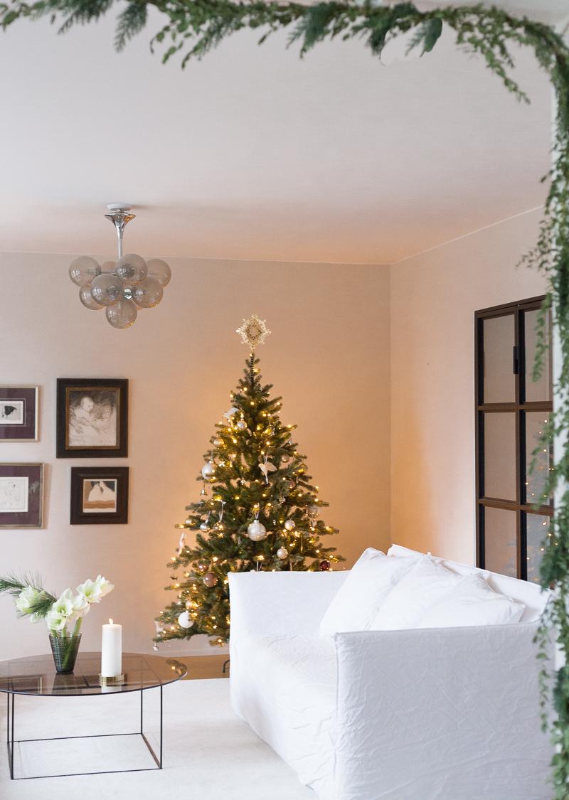 Kaunis tekokuusi Triumph Tree & Jouluköynnös & Kultainen latvatähti Georg Jensen
