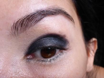 Tutorial Naked 2: Olho preto com esfumado vinho - Sombra Blackout - aplicada