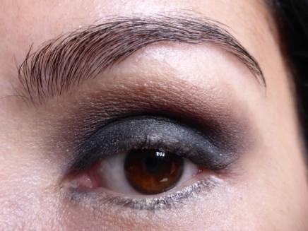 Tutorial Naked 2: Olho preto com esfumado vinho - Sombra Busted - aplicada