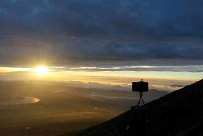 O sol definitivamente aparecendo no horizonte do Fuji-san. (Foto: Katia Tamamoto)
