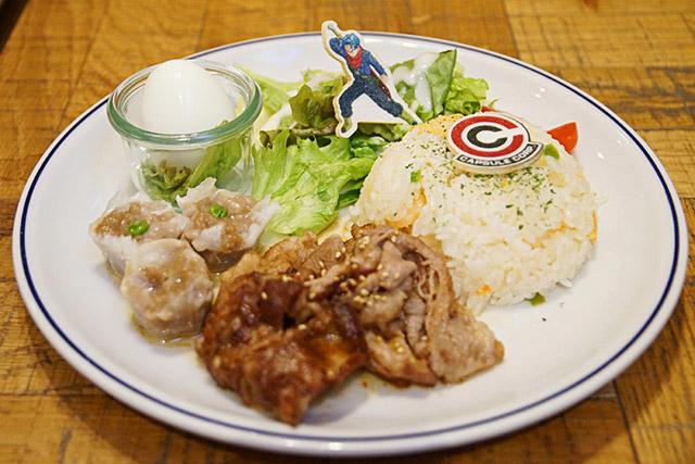 Um dos pratos principais, à base de carne, já traz no topo do arroz a personagem HAHAHA