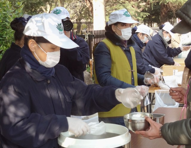 pessoas ajudando homeless