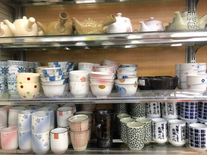 copos e chaleira loja 100 ienes