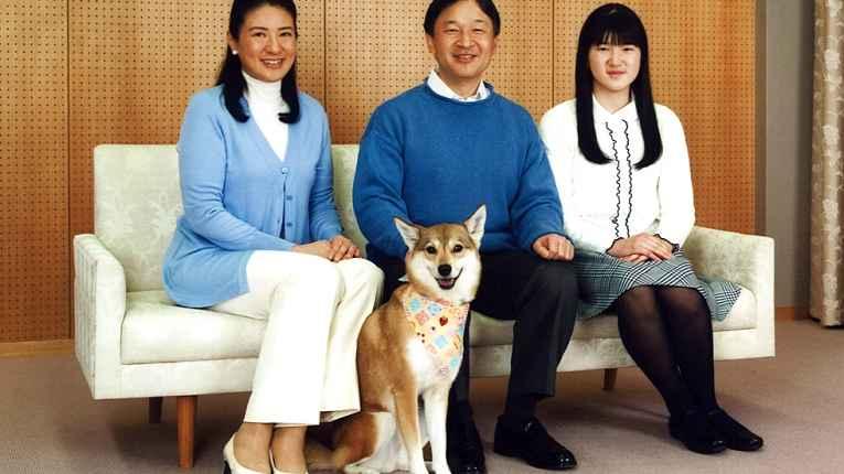 Princesa Masako, príncipe Naruhito, princesa Aiko e mascote Yuri.