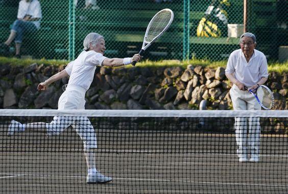 Michiko e Akihito jogando tênis