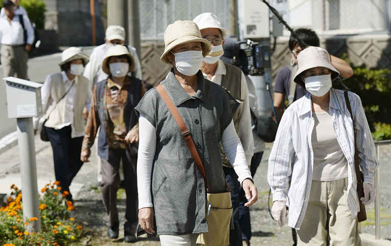 Japoneses usando máscara na rua