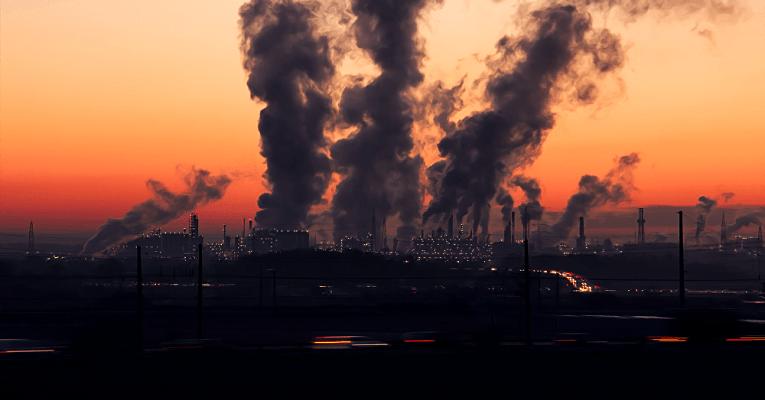 Fábricas emitindo poluentes no ar