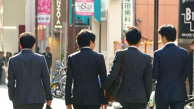 Salarymans andando na rua