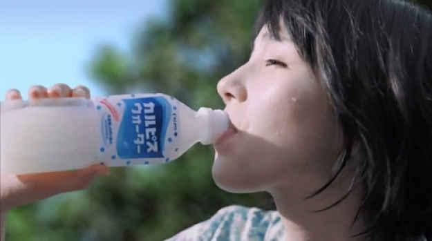 Japonesa bebendo Calpis