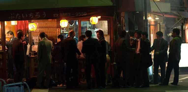 Pessoas no bar tachinomiya
