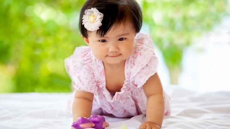 Bebê japonesa engatinhando