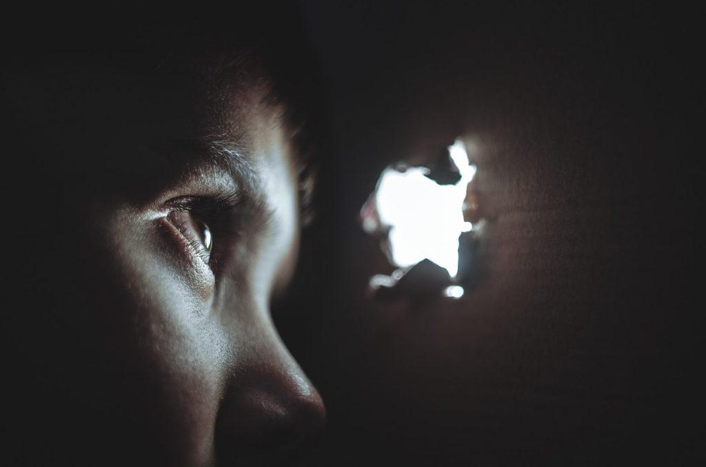 nieporozumienia w relacji ukrywajacy sie chlopiec