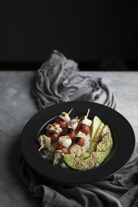 Spiedini di pollo e pomodorini con avocado