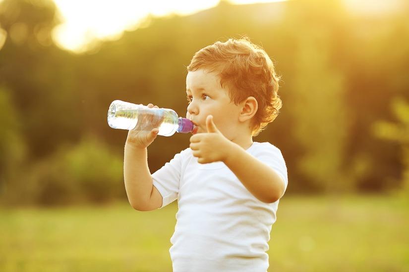 ¿Cuánta agua debe beber un niño?