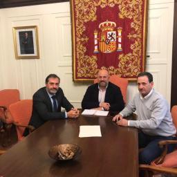 El Colegio y la Asociación de Periodistas de Navarra se reúnen con el delegado del Gobierno para garantizar la seguridad en la cobertura de protestas y manifestaciones