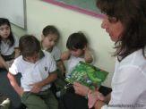 Bibliotecaria leyendo cuentos 15