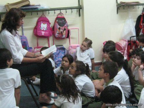 Bibliotecaria leyendo cuentos 59