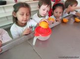 Salas de 4 preparan Jugo de Naranjas 25