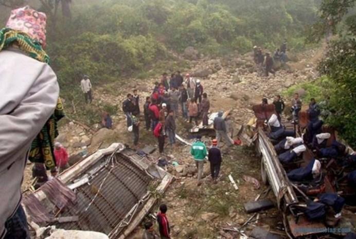 Accidente carretero deja decenas de muertos en Nepal