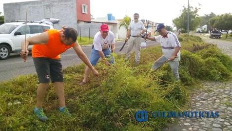 ciudadanos-de-villa-de-alvarez-limpiar-camellones