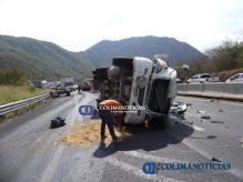 Chocan tráileres en la autopista Colima–Manzanillo