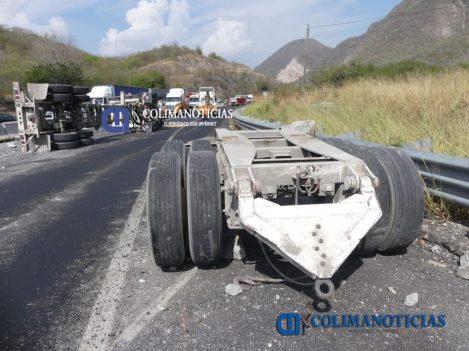 Chocan tráileres en la autopista Colima–Manzanillo2