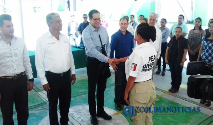 Gobernador de Colima entrega armamento a agentes policiacos