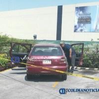 Reportan vehículo abandonado en estacionamiento de plaza comercial